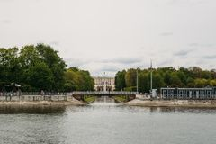 Peterhof, St Petersburg, Russie - VERS en juin 2017 : Cascade grande dans le palais de Peterhof Photographie stock