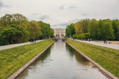 Peterhof, St Petersburg, Russie - VERS en juin 2017 : Cascade grande dans le palais de Peterhof Photo libre de droits