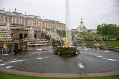Peterhof, St Petersburg, Russie - VERS en juin 2017 : Cascade grande dans le palais de Peterhof ou de Petergof Photos libres de droits