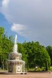 PETERHOF ST PETERSBURG, RYSSLAND - JUNI 06, 2014: Springbrunnen i upperen parkerar slotten var inklusive i UNESCOvärldsarvet Li Royaltyfri Foto