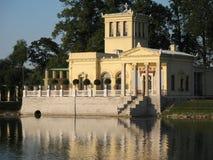Peterhof.Tsaritsyn-paviljong Royaltyfria Bilder