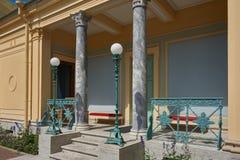 Peterhof Tsaritsyneiland op de vijver van Olga Stock Foto's