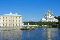 Peterhof, uno stagno quadrato e fontana Fotografia Stock Libera da Diritti