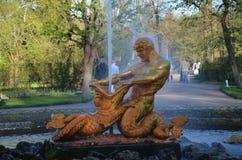 Peterhofs springbrunn, St Petersburg Royaltyfri Bild