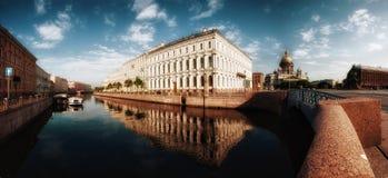 Petersburg bij dageraad Stock Afbeeldingen
