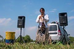 Petersburg Rosja, Czerwiec, - 26, 2016: Busker ubierał jako indianin bawić się flet Obraz Stock