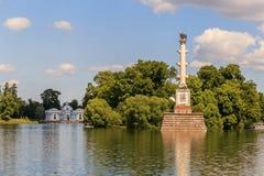 Petersburg Rosja, Czerwiec, - 29, 2017: Chesme kolumna na Wielkim stawie w Catherine parku Tsarskoye Selo jest stanu muzeum Zdjęcia Stock