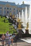 Petersburg Rosja, Czerwiec, - 03, 2016: Dzieci przy fontanną Samson Obraz Royalty Free