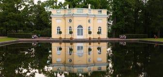 Petersburg Rosja, Czerwiec, - 29, 2017: Tsarskoe Selo Dom stawem Zdjęcie Stock