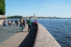 Petersburg Rosja, Czerwiec, - 01, 2016: Turyści na Petrograd kierunku Vasilyevsky wyspa w lecie fotografia stock