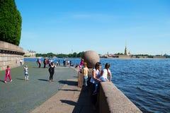 Petersburg Rosja, Czerwiec, - 01, 2016: Turyści na Petrograd kierunku Vasilyevsky wyspa w lecie fotografia royalty free