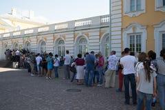 Petersburg Rosja, Czerwiec, - 03, 2016: wszystkie turyści pałac Peterhof fotografia stock