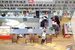 Petersburg Rosja 05 27 2018 Kawiarnia Barista ekspert w robić kawie bierze rozkaz od młodzi ludzie Obrazy Royalty Free