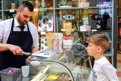Petersburg Rosja 05 27 2018 Kawiarnia Barista ekspert w robić kawie bierze rozkaz od młodzi ludzie Fotografia Stock