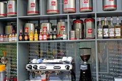 Petersburg Rosja 05 27 2018 Kawiarnia Barista ekspert w robić kawie bierze rozkaz od młodzi ludzie Zdjęcia Royalty Free