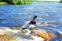 Petersburg Rosja 05 19 2018 Kayaker w łodzi na rzece VUOKSA Fotografia Royalty Free