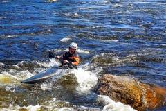 Petersburg Rosja 05 19 2018 Kayaker w łodzi na rzece VUOKSA Fotografia Stock
