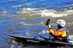 Petersburg Rosja 05 19 2018 Kayaker w łodzi na rzece VUOKSA Obrazy Stock