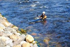 Petersburg Rosja 05 19 2018 Kayaker w łodzi na rzece VUOKSA Zdjęcia Stock