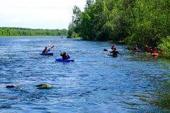 Petersburg Rosja 05 18 2018 Kayakers na rzece Fotografia Stock