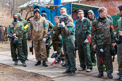 Petersburg Rosja, Kwiecień, - 24, 2016: Paintball turniej w Snaker klubie między uczniem zespala się od pięć uniwersytetów Fotografia Stock