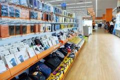Petersburg Rosja 11 26 2018 półek elektronika sklep Smartphones i pastylki zdjęcia stock
