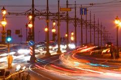 Petersburg Rosja Ruch drogowy na moscie przy nocą Obrazy Royalty Free