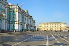 Slotten kvadrerar i Petersburg, Ryssland. Royaltyfria Foton