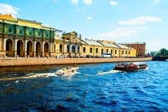 petersburg russia st Salt stad - ett komplex av byggnader i mitten av St Petersburg Stadssommarlandskap royaltyfri fotografi