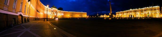 petersburg russia st Upplysta byggnader på slottfyrkanten Royaltyfri Bild