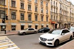 Petersburg, Russland - 30. Juni 2017: Bewegung von Autos auf den Straßen der Stadt Lizenzfreie Stockbilder
