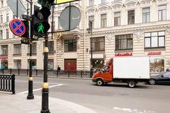Petersburg, Russland - 30. Juni 2017: Bewegung von Autos auf den Straßen der Stadt Stockbilder