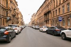 Petersburg, Russland - 30. Juni 2017: Bewegung von Autos auf den Straßen der Stadt Stockbild