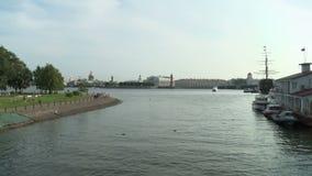 petersburg Vista do cuspe de Vasilyevsky Island de Neva River video estoque