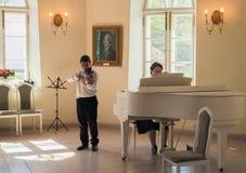 Petersburg Wiosna 2017 Chłopiec muzyk bawić się skrzypce Obrazy Royalty Free