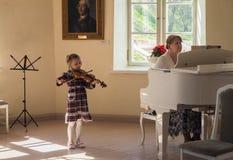 Petersburg Wiosna 2017 Mała dziewczynka muzyk bawić się skrzypce Zdjęcie Royalty Free