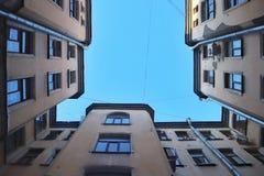 Petersburg-Yards schauen oben stockfotos