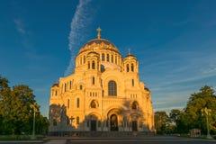 Petersburgo, Rusia - 29 de junio de 2017: LA CATEDRAL DEL MAR DE NIKOLSKY EN KRONSHTADT ES LA IGLESIA PRINCIPAL DE LA FLOTA MILIT Fotos de archivo libres de regalías