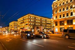 Petersburgo, Rusia - 29 de junio de 2017: Nevsky Prospekt en la noche Fotos de archivo libres de regalías