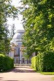 Petersburgo, Rusia - 29 de junio de 2017: Tsarskoe el pueblo landscaping imagenes de archivo