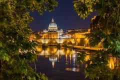 Petersdome la nuit par un groupe d'arbres images stock