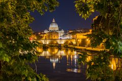Petersdome przy nocą przez wiązki drzewa obrazy stock