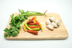 Peterselie en knoflook en Spaanse pepers op het houten dienblad Royalty-vrije Stock Foto's