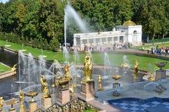 PETERSHOF, RUSLAND, 06 SEPTEMBER, 2012 Russische scène: mensen die dichtbij fontein de Grote cascade lopen Royalty-vrije Stock Foto