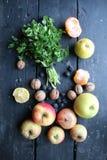 Petersilie und Frucht auf alter Weinlesetabelle Gesunde Lebensmittelidee lizenzfreies stockfoto