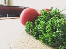 Petersilie und Tomate Stockbild