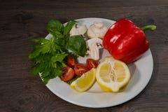 Petersilie, Zitrone, Pfeffer, Champignons auf einer Platte stockbild