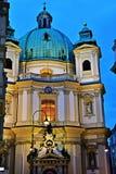 Peterskirche dans Wien par nuit Image stock