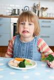 Petigt barn som inte äter sunt mål arkivbild