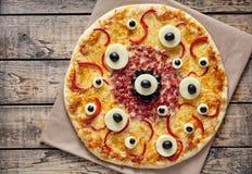 Petisco assustador criativo da pizza do monstro do alimento de Dia das Bruxas com olhos Fotografia de Stock Royalty Free